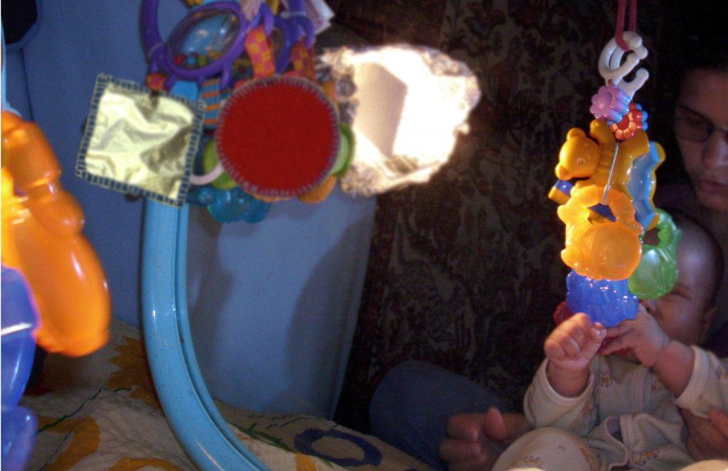 Przywieszone gryzaki dziecięce - zabawa z lustrem - mamotatopokazmi.pl
