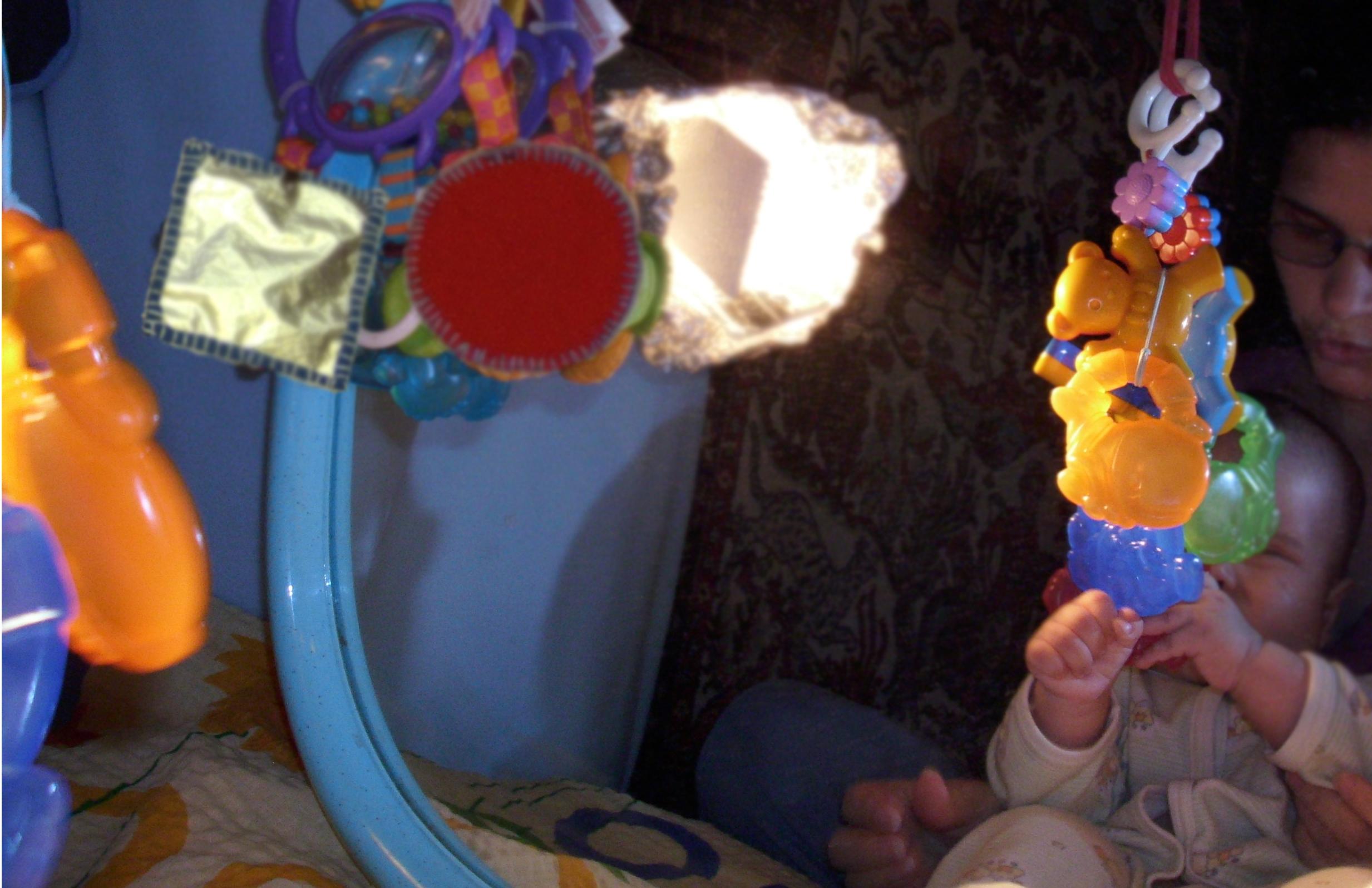 Przywieszone gryzaki dziecięce i samodzielne plansze samodzielne kształty geometryczne - zabawa z lustrem - mamotatopokazmi.pl